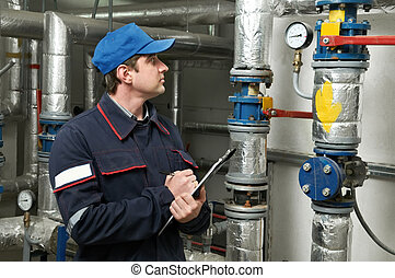 Reparador de ingenieros en sala de calderas