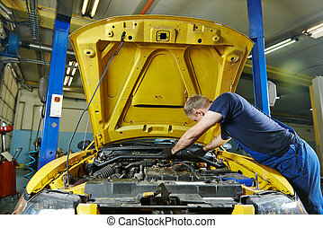 Reparador de mecánicos en el trabajo