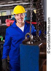 Reparador industrial masculino en el taller