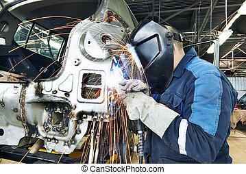 Reparador soldando autos de metal