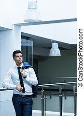 Representante de ventas en un edificio de oficinas