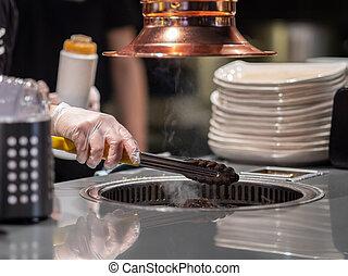 restaurant., se prepara, casi, ready., manos, tenazas, frito, látex, carne, pan., cocina, cena, cocinero, asimiento, guantes