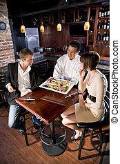 Restaurante japonés, chef sirviendo clientes