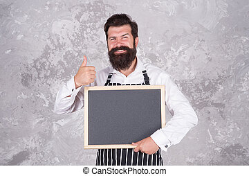 restaurante, o, blackboard., pulgar, cuisine., arriba, exposición, feliz, hipster, hombre, cocinero, pizarra, menú, café, cocina, gesture., barista, success., brutal, kitchen., chef, barbudo, tacto