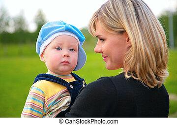 Retrata a la madre con el hijo en las manos