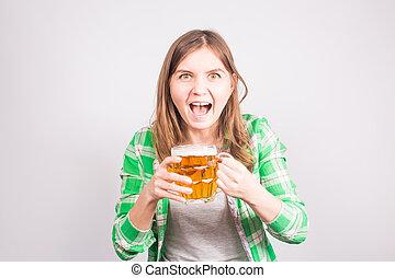 Retratar a un fanático de los deportes eufórico sosteniendo una taza de cerveza. Mujer con cerveza