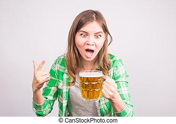 Retratar a un fanático deportivo eufórico sosteniendo una taza de cerveza. Mujer con cerveza