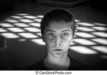 Retrato blanco y negro de un adolescente