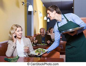 retrato, cena, teniendo, mujer, maduro, camarero