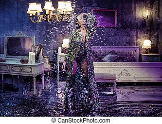 Retrato conceptual de una mujer sensual en medio de la tormenta en un dormitorio