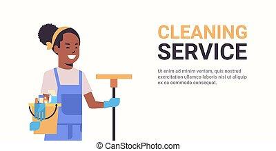 retrato, cubo, sonriente, tenencia, norteamericano, horizontal, africano, limpiador, concepto, espacio, limpieza, servicio, plano, mujer, portero, copia, hembra, herramientas, trapeador
