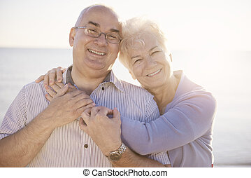 Retrato de ancianos enamorados en la playa