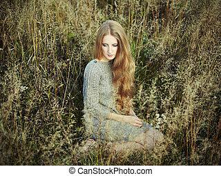 Retrato de bella mujer en el campo de otoño