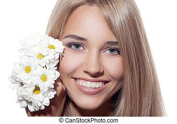 Retrato de bella mujer sonriente con flores. Piel clara.