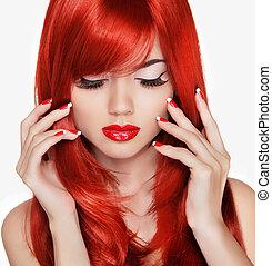 Retrato de belleza. Hermosa chica de pelo largo rojo. Manicured na