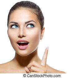Retrato de belleza. Hermosa chica del spa mostrando el dedo