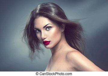 Retrato de chica modelo con cabello largo