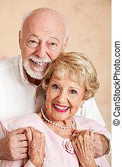 Retrato de feliz pareja de ancianos