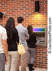 Retrato de gente haciendo cola para retirar efectivo
