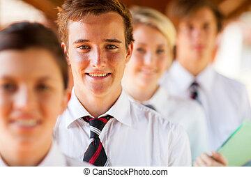 Retrato de grupo de estudiantes de secundaria