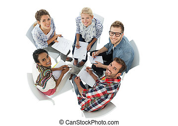 Retrato de grupo de gente casual en reunión