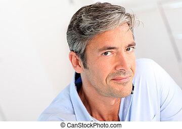 Retrato de guapo de 40 años