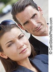 Retrato de guapos hombres y mujeres de mediana edad