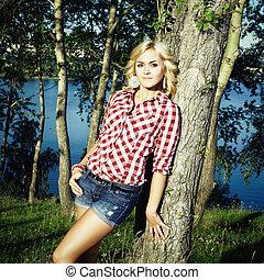 Retrato de hermosa joven feliz en el parque