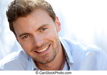 Retrato de hombre guapo con camisa azul