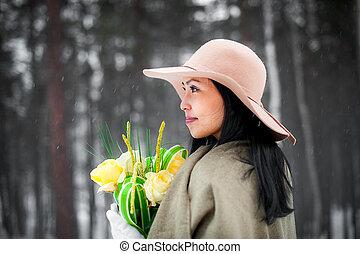 Retrato de invierno de una mujer joven
