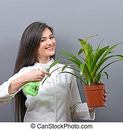 Retrato de joven botánica planta de agua contra fondo gris