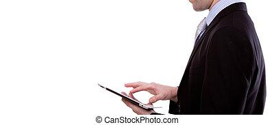 Retrato de joven hombre de negocios usando un dispositivo de pantalla de toque contra antecedentes blancos