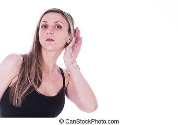 Retrato de la chica con una mano cerca de una oreja