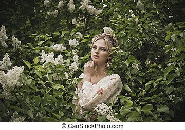 Retrato de la chica en arbustos en flor 2838.