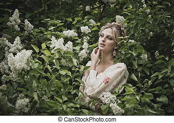 Retrato de la chica en arbustos en flor 2839.