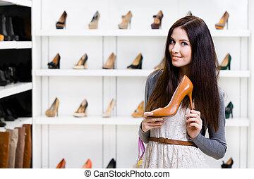 Retrato de media longitud de mujer con zapatos de tacón alto