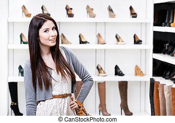 Retrato de media longitud de mujer en el centro comercial