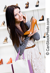 Retrato de media longitud de mujer entregando zapatos de tacón