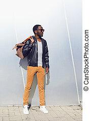 Retrato de moda al aire libre de guapo afroamericano en ropa negra