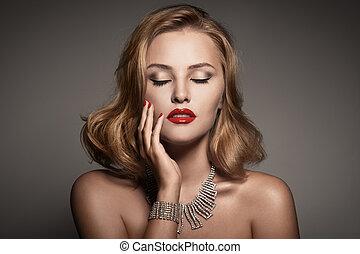 Retrato de moda de bella mujer de lujo con joyas
