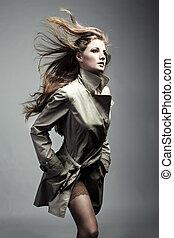 Retrato de moda de joven hermosa mujer en el impermeable