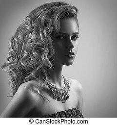 Retrato de moda de mujer con joyas. Imagen BW