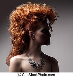 Retrato de moda de mujer de lujo con joyas.