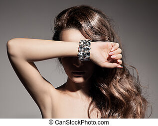 Retrato de moda de mujer hermosa con joyas