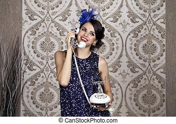 Retrato de mujer al estilo retro con teléfono