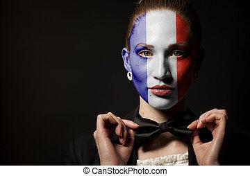 Retrato de mujer con bandera de Francia pintada y corbata de moño