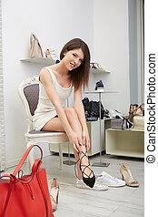 Retrato de mujer con zapatos de tacón alto en el centro comercial