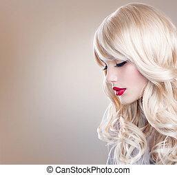 Retrato de mujer rubia. Hermosa chica rubia con el pelo largo ondulado