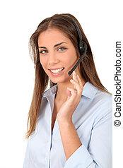 Retrato de mujer sonriente con auriculares