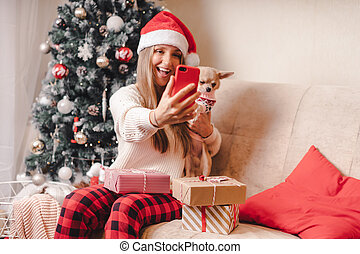 retrato de mujer, suéter, tiempo, home., navidad, tener diversión, gozar, selfie, smartphone, perro, toma